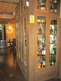 muebles de licores en zona de puerta