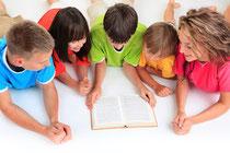 Symbolbild: Kinder lesen gemeinsam