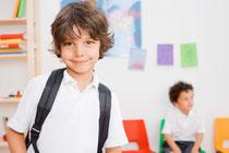 Symbolbild: Junge in Klassenzimmer