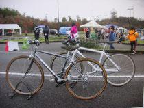 コース横での競技用自転車体験