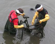 川に入り回収中の競輪選手の島村さんと理事長