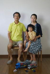 セルフタイマーによる家族写真、プレゼントの品とともに