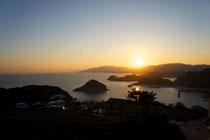イベントフィナーレ:夕焼けをバックの凧揚げ(とんの山から橘湾越しに野母崎方面を望む)