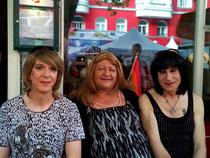Andrea, ich & Claudia vorm Heurigen Gustav.