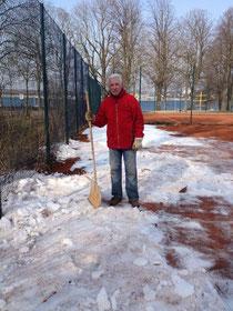 Ehrenclubmitglied Gerd Schulte im Kampf mit den Eismassen ...