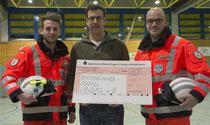 Geld für neue Rettungshelme: Der FCS-Vorsitzende Fabian Schorer (Mitte) überreichte die Spende an Lukas Hölzler (links) und Pasquale Rizzo von der Rettungshundestaffel Lindau (B) e.V. Die weißen Rettungshelme sollen die Helfer im Einsatz unterstützen.