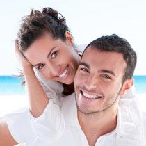 Zahnkronen sind äußerlich nicht von natürlichen Zähnen zu unterscheiden. (© Rido - Fotolia.com)