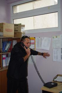 Yann Pini délégué des parents d'élèves parlemente au téléphone avec l'inspecteur d'académie