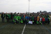 Sparkassen-Kundenberater Michael Dörr (Geschäftsstelle Wetter) mit den Trainern und Jugendspielern des VfB 09 Wetter beim Ostercamp