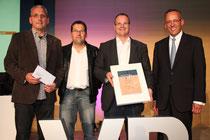 Die Mitglieder des Jugendausschusses des VfB 09 Wetter Uwe Heck, Markus Jesberg und Clemens Drescher nehmen aus den Händen des Vorstandssprechers der Volksbank Dr. Peter Hanker die Spende entgegen