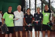 Aus den Händen des DFB Fußballferienfreizeitkoordinators Klaus Heise nehmen die Betreuer Clemens Drescher und Uwe Heck die Ehrung entgegen