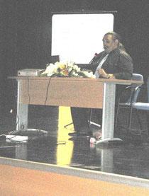 Pronunciando una conferencia