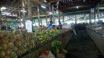 So sieht hier der Markt aus. Viele köstlichkeiten eine halbe fertig geschnittene Ananas für 50ct