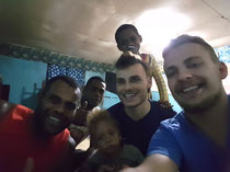 Wir wurden von einer Fijianischen Familie eingeladen bei Ihnen zu leben. Wir haben uns erkenntlich gezeigt in dem wir die Lebensmittel für das Abendessen und ein paar Süßigkeiten für die Kinder mitgebracht haben.