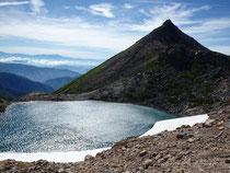 翠ヶ池と剣ヶ峰 遠く乗鞍岳が見える。