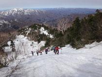 チブリ小屋への急登、残雪を踏みしめて。
