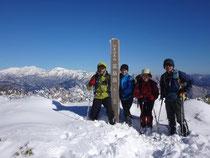 荒島岳山頂 今シーズン初の積雪の山登りでした。バックは白山