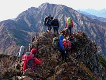 岩場でテレビ局取材班に会う。背景は五竜岳。