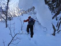 予想以上の積雪をツボ足で上る。
