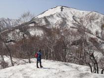 残雪が多く残る大日山