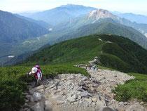 丸山を過ぎ、いよいよ本格的な登りになりました。