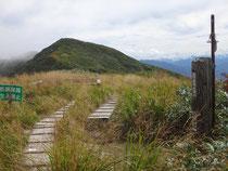 青雲岳から眺める守門岳(袴岳)。