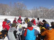 雪のテーブルを囲んでの楽しい昼食。