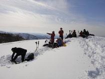 頂上はいっぱいの人です。さすが人気の山です。