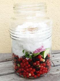 集めた果実に酵素に使う材料を混ぜる。