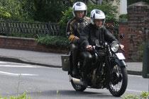 16 Motorrad mit zwei Leuten/Motorbike with two people