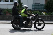 19 Motorrad mit zwei Leuten/Motorbike with two people