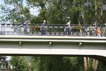 10 Menschen auf einer Brücke/People on a bridge