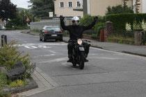 57 Motorradfahrer macht Show/Biker makes a show
