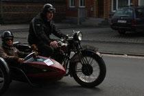 13 Motorradfahrer mit Beiwagen/Biker with sidecar
