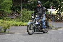 38 Motorradfahrer macht eine Show/Biker makes a show