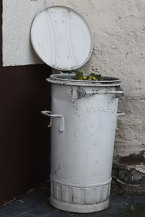 32 Mülltonne mit Blumen/Dustbin with flowers