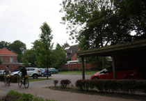 39 Parkplatz+Frahrradfahrer/Parking area+Cyclist