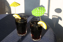 1 Cola mit Zitrone und Schirmchen/Coke with lemon and cocktail umbrella