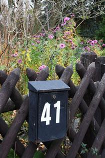 2 Briefkasten mit Hausnummer am Zaun/Mailbox with house number on a fence