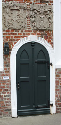 30 Kirchentür in Greetsiel/Door of a church in Greetsiel