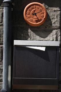 14 Briefkasten und Uhr/Letter box and clock