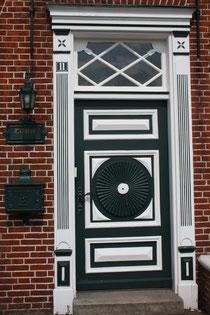1 Tür eines Hauses in Greetsiel/Door of a house in Greetsiel