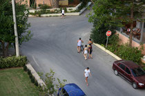 11 Menschen auf Straße/People on the street