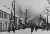 Blick von der Mannheimer Straße auf die brennende Kirche