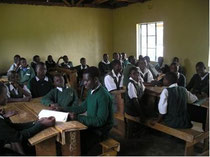 Alle Schulbänke sind besetzt in dem neu gebauten Klassenzimmer (2007).