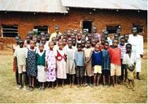 So fing alles an - Schüler vor den alten Schulbauten (2004).