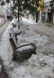 中央アーケード脇道ベンチがまだ雪に埋没中