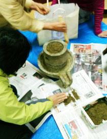 スギ葉とヒノキ葉を石臼で挽いてお香づくり