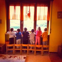 Bambini alla finestra al Micro Nido Asilo Il Piccolo Kayak