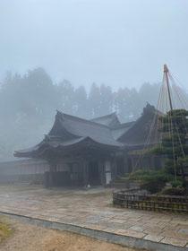霧に包まれる世界遺産 金剛三昧院